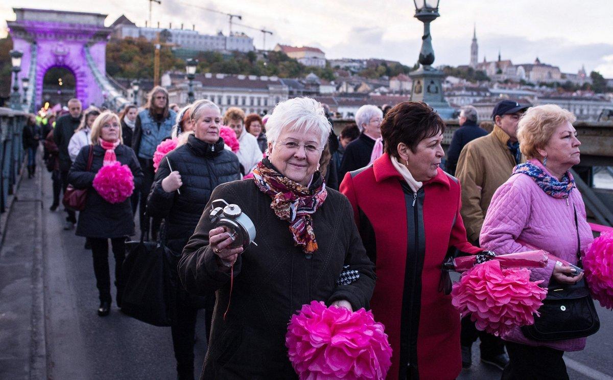 Budapest, 2016. október 29. Résztvevõk a Rózsaszín Lánchíd séta - Egészség hídja elnevezésû, a mellrákos betegekért rendezett sétán a Lánchídon 2016. október 29-én. Az esemény a Nõi Egészségmegõrzõ Program és az Egészség Hídja a Mellrák Ellen Összefogás közös rendezvénye. Fotó: MTI, Kallos Bea