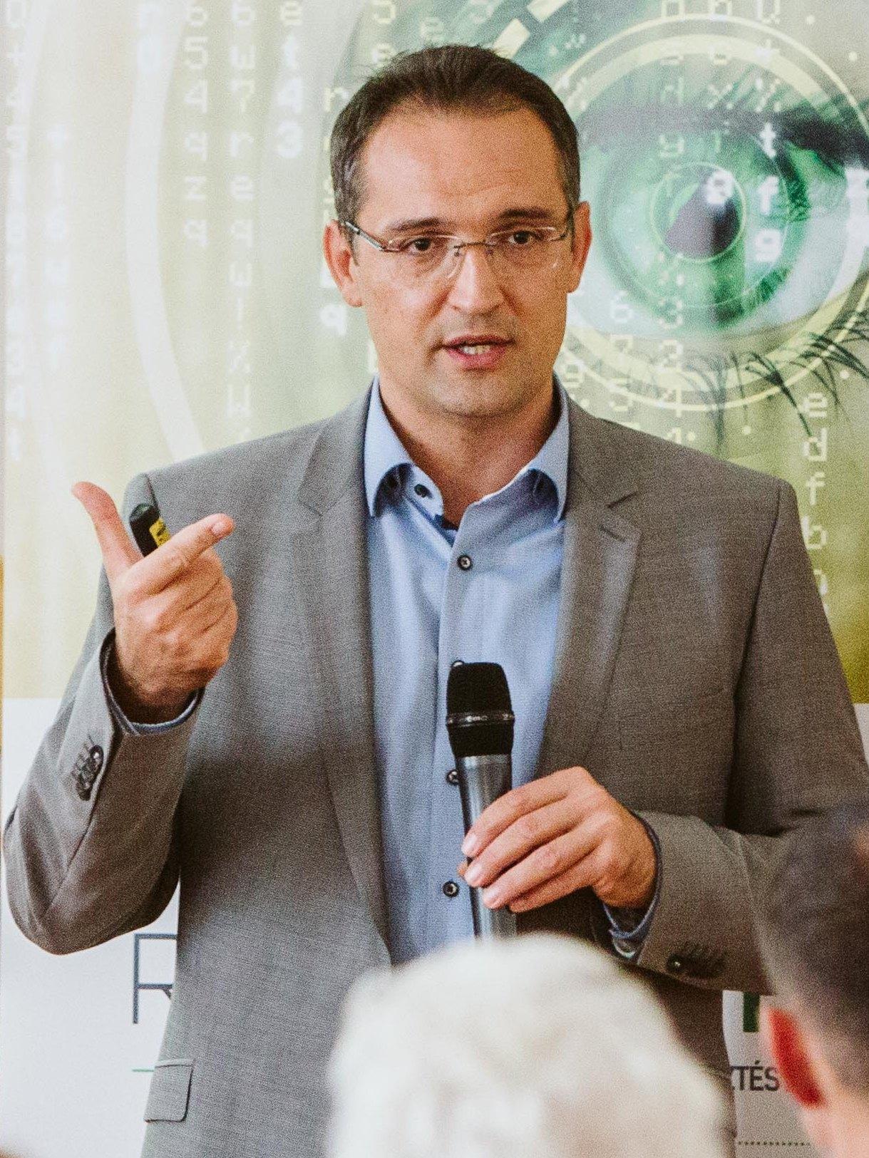 Dr. Koiss Róbert